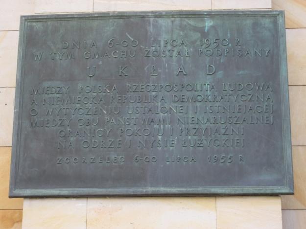 Am 6. Juli 1950 wurde in diesem Gebäude der Vertrag zwischen der Volksrepublik Polen und der Deutschen Demokratischen Republik über die Markierung der festgelegten und bestehenden Grenze zwischen beiden Ländern an der Oder und der Lausitzer Neiße als unantastbare Grenze des Friedens und der Freunschaft unterschrieben Zgorzelec 6. Juli 1955