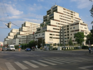 GebäudeKaiser-Ebersdorfer-StraßeFlorian-Hedorfer-StraßeStraßenseite