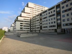 GebäudeKaiser-Ebersdorfer-StraßeFlorian-Hedorfer-StraßeVorplatz