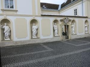 KircheSchwechatHeiligeLinks