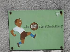 SchilderGemeindebauFußballEmaille